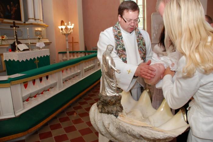 Ristimine Paide Püha Risti kirikus